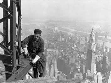 Construction métallique de l'Empire State Building, l'un des plus hauts gratte-ciel en acier devant le Chrysler Building